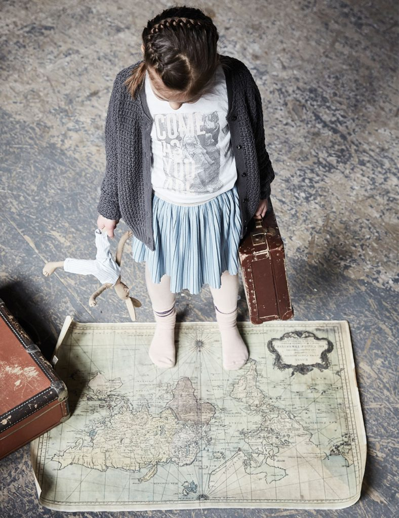 Girl_Map_traveling